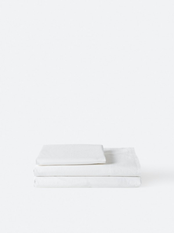 Capture the luxe 'hotel at home' look and feel. This washed Egyptian cotton flat sheet will create a sumptuous sleeping space.  Made from 100% Egyptian cotton with a washed finish for optimum softness. 250 thread count.